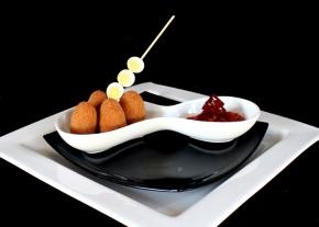Croquetas de pescado acompañadas de salsa pili-pili (samakai wa kusonga)