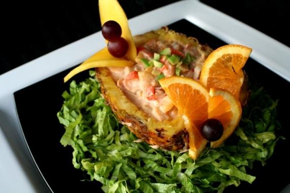 Cocktail de marisco en piña con salsa rosa