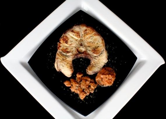 Tiburón a la plancha con salteado de almejas y salsa de cacahuete aromatizado al estragón